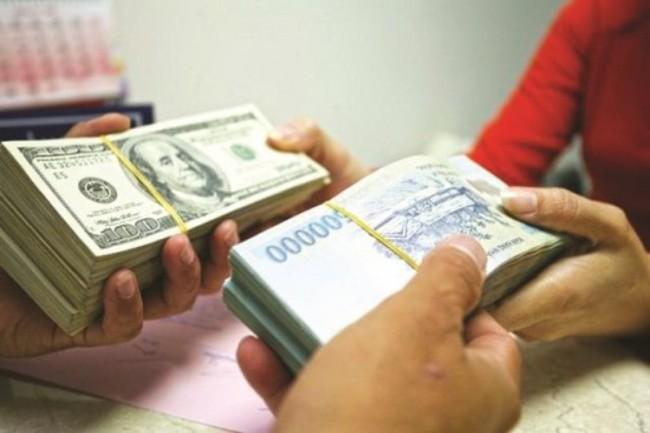 Với lãi suất hiện nay, người vay tiền nên vay bằng VND hay USD?