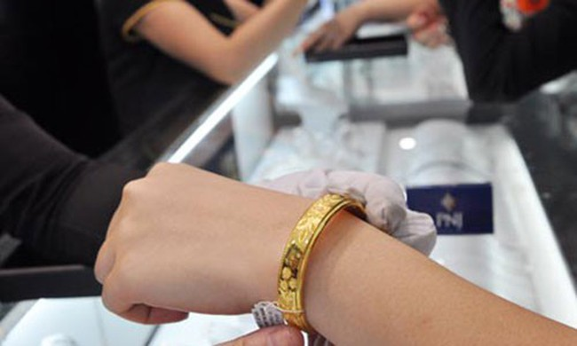 Doanh nghiệp tăng giá bán vàng, USD tự do tiếp tục đi lên