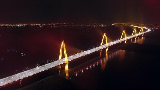 Hệ thống chiếu sáng mỹ thuật cầu Nhật Tân có khả năng đổi màu theo thời tiết