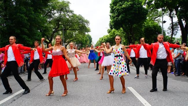 Phố đi bộ Hồ Gươm sôi động trong 2 ngày cuối tuần với lễ hội Carnival lần đầu tiên