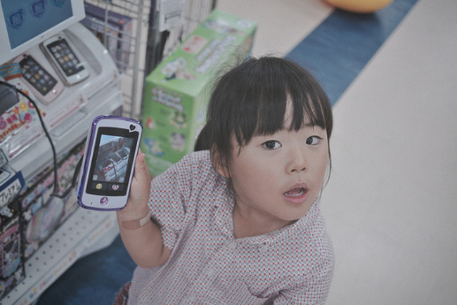 """""""Con muốn trở thành... một chiếc điện thoại"""" - Điều ước ngày sinh nhật của con gái nhỏ khiến cha mẹ nhói lòng"""
