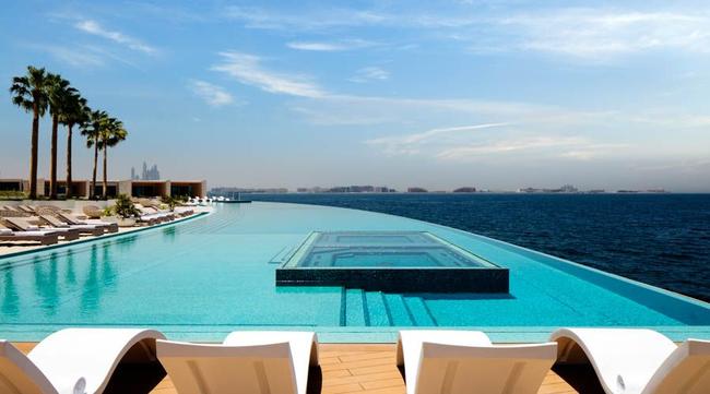 Chiêm ngưỡng quang cảnh tuyệt vời của Dubai từ hồ bơi cao nhất thế giới