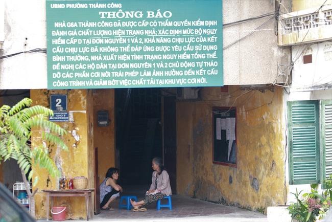 """Sống trong khu nhà """"nguy hiểm nhất nhì Hà Nội"""""""