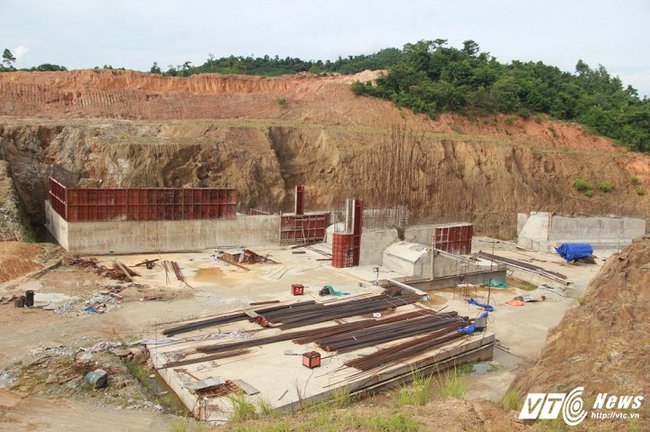 Cận cảnh dự án cấp nước đội vốn 2.500 tỷ đồng nằm 'đắp chiếu', sắt thép hoen gỉ