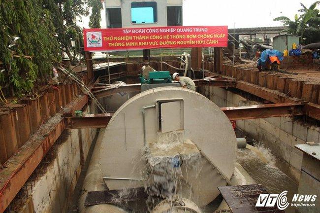 Chỉ 13 phút, tuyến đường ngập nặng ở Sài Gòn được máy bơm 'thần tốc' hút hết sạch nước