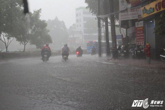 Mưa trắng trời Sài Gòn, hàng loạt tuyến đường chìm trong biển nước