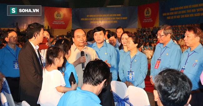 2000 người đồng loạt vỗ tay, nhiều người bật khóc trước việc làm bất ngờ của Thủ tướng