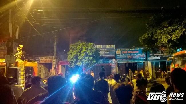 Cháy cửa hàng sản xuất đồ gỗ trong đêm, cả khu phố mất điện