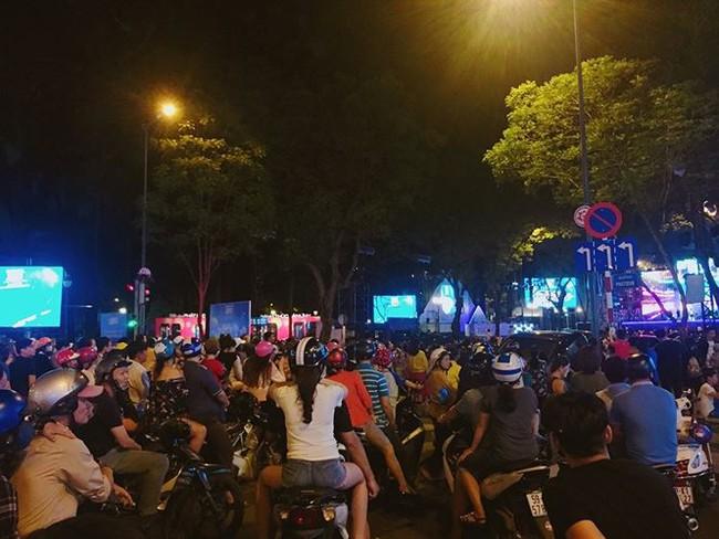 Người dân TPHCM nô nức xuống đường đón chào năm mới