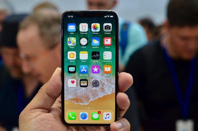 """""""Sờ tận tay"""" iPhone X nghìn đô mới ra mắt của Apple"""