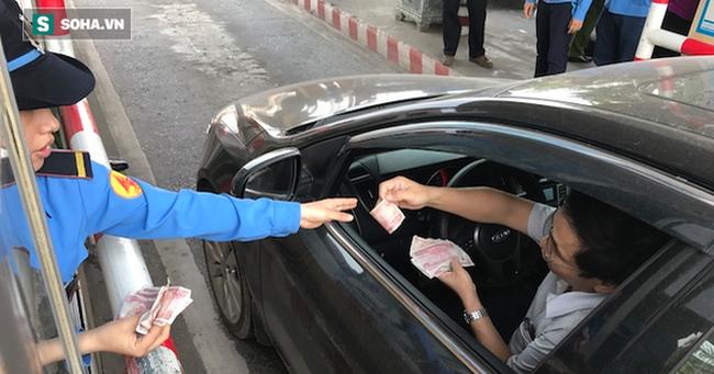 Tài xế lại dùng chiêu xài tiền lẻ, Trạm thu phí Bến Thuỷ tiếp tục mở cho xe đi miễn phí