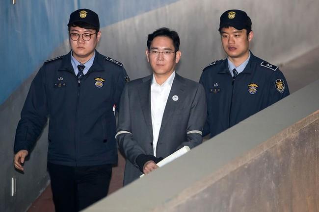 Cuộc trò chuyện 5 phút đẩy Thái tử Samsung vào vòng lao lý