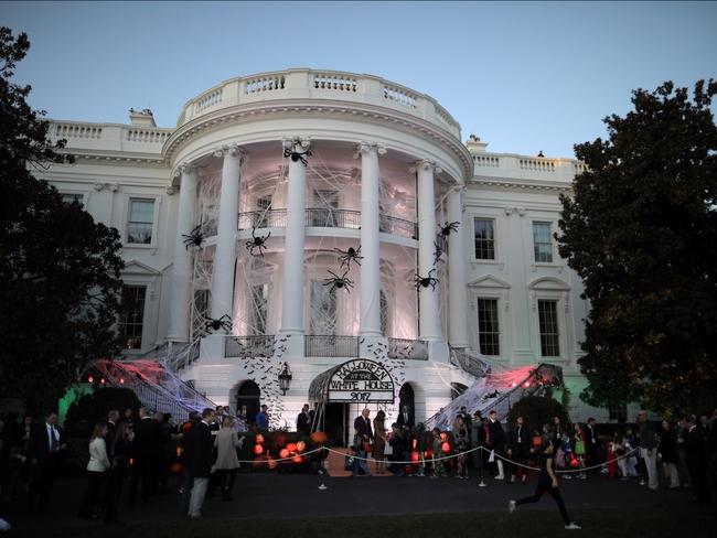 """Nhà Trắng trở nên """"ma mị"""" trong đêm Halloween"""