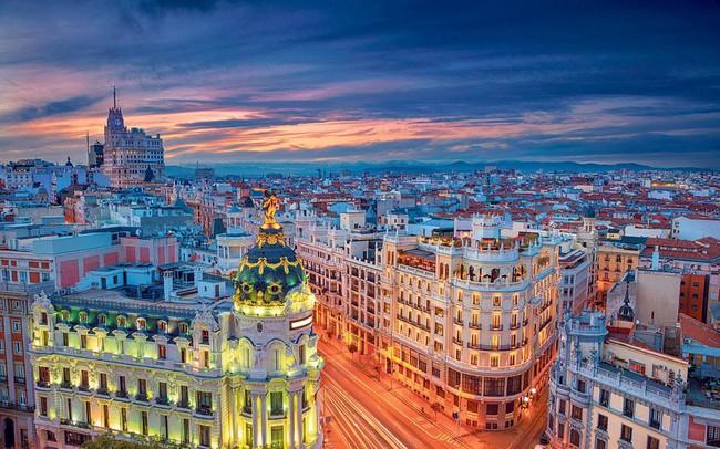 Hình ảnh Madrid khi trời trở tối nhìn từ tòa nhà MC cao thứ 3 tại Madrid