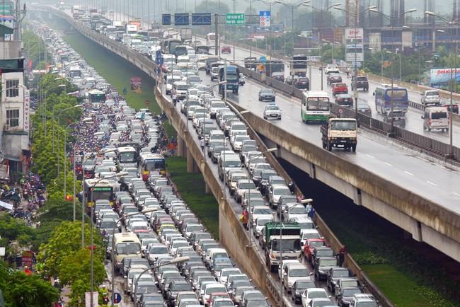 Số lượng xe Uber và Grab chạm mức 50.000 chiếc, gần gấp đôi taxi tại Hà Nội và TP.HCM