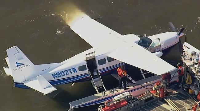 Máy bay hạ cánh xuống sông, nhiều hành khách thoát chết