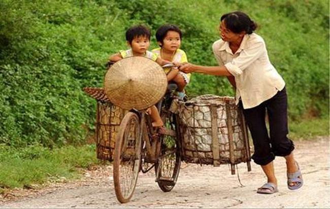 """Thủ tướng Nguyễn Xuân Phúc: """"Đời thiếu mẹ hiền, không phụ nữ. Anh hùng thi sĩ hỏi còn đâu?"""""""