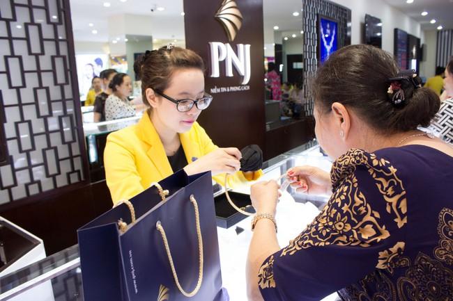 Giá vàng tăng giảm trái chiều giữa các cửa hàng