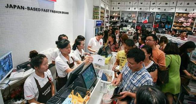 Chưa đầy 1 năm qua, hơn 100 cửa hàng tiện lợi thời trang Miniso, Ilahui, Mumuso... đã đổ bộ khắp các đô thị trên cả nước
