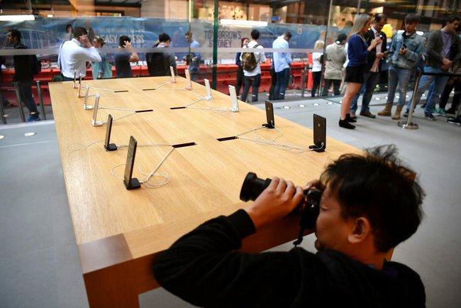 Ngày đầu tiên mở bán iPhone 8: nhiều nơi đìu hiu!