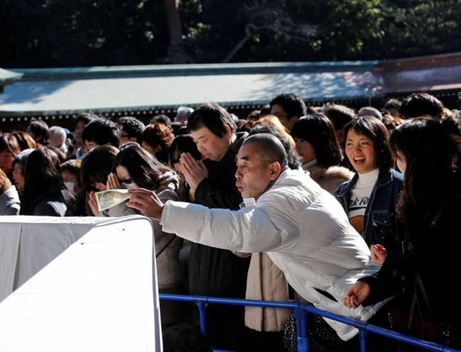 Đền thờ Nhật Bản đồng ý nhận đồ cúng là tiền điện tử từ du khách