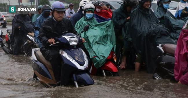 Người Sài Gòn lại bì bõm lội nước trên đường phố sau trận mưa lớn