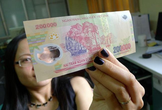 Khách gửi tiết kiệm 500 triệu, có lẫn 20 tờ tiền nghi giả, giao dịch viên ngân hàng cần làm gì?