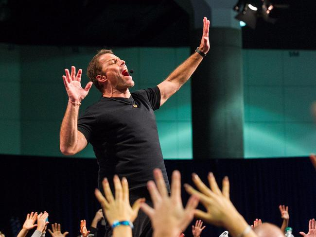 Tony Robbins: Tôi sẽ tiết lộ cho bạn bí quyết hạnh phúc chỉ trong một từ