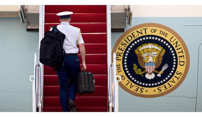 Có gì trong chiếc cặp màu đen bí ẩn luôn theo Tổng thống Mỹ ở khắp mọi nơi?