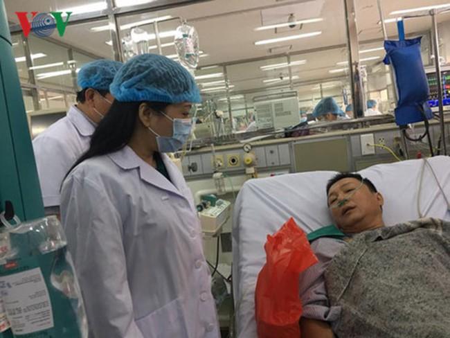 Bộ trưởng Bộ Y tế đến thăm các bệnh nhân trong sự cố y tế ở Hoà Bình