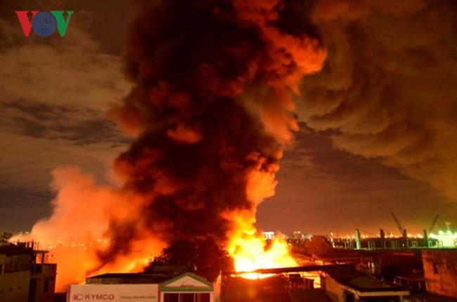 Lửa bao trùm kho xăng hơn 5.000 m2, sơ tán hàng trăm hộ dân