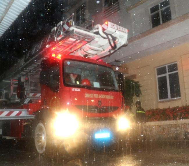 Thanh Hóa: Cháy tòa nhà Viettel trong đêm mưa bão, 7 người mắc kẹt trên tầng