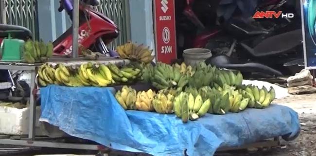 [Video]: Trái cây tươi bán lề đường ướp hóa chất, chủ không dám ăn