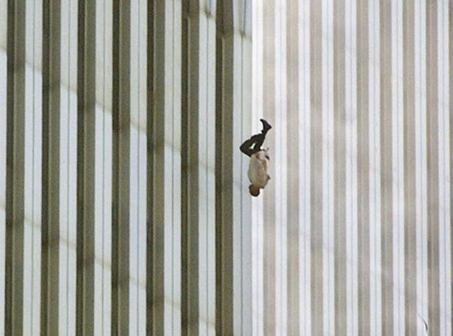 """Nỗi tuyệt vọng đầy ám ảnh đằng sau bức ảnh """"người đàn ông rơi"""" trong vụ khủng bố 11/9"""