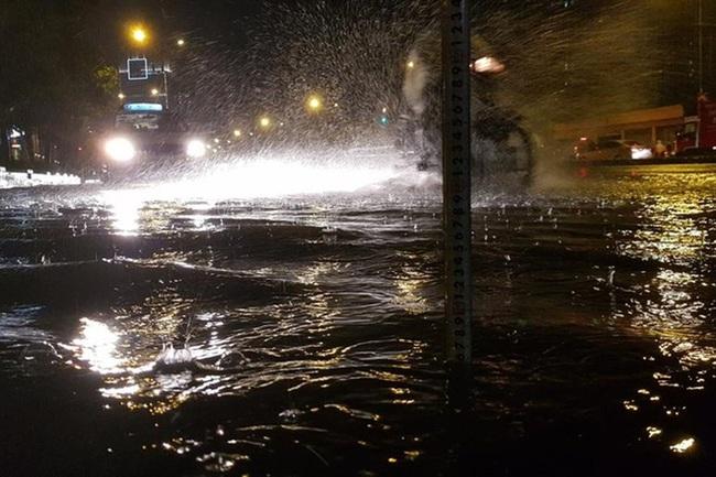 """1 giờ siêu máy bơm """"giải cứu"""" đường Nguyễn Hữu Cảnh trong cơn mưa lớn nhất mùa"""
