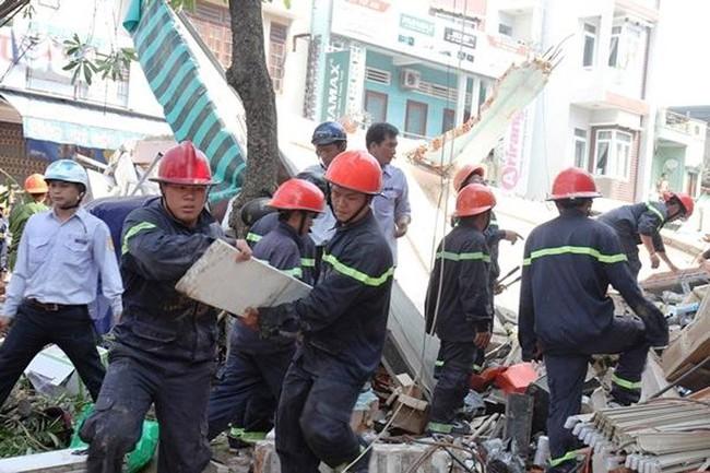 Nhà 3 tầng đổ sập, nhiều người bị mắc kẹt