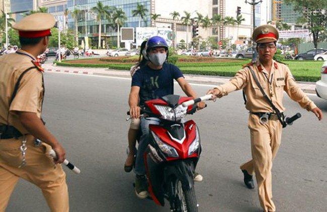 Không cấm dùng điện thoại quay cảnh sát giao thông xử phạt