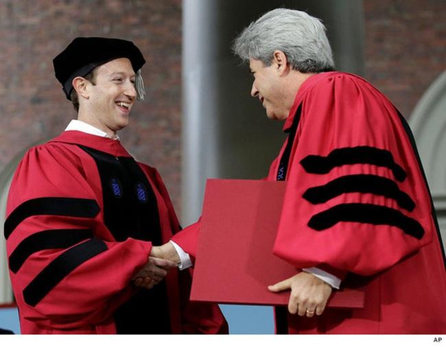 Cuối cùng thì ông chủ Facebook cũng nhận bằng tốt nghiệp Harvard sau 12 năm... bỏ học