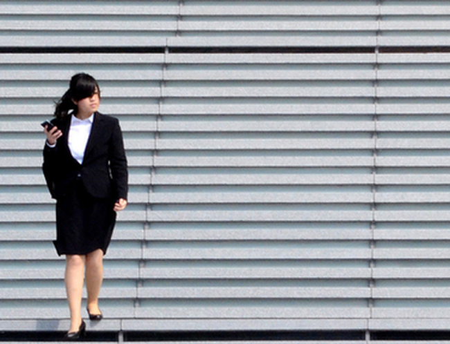 """""""Những bông hoa công sở"""" và mặt tối của nữ nhân viên văn phòng Nhật Bản"""