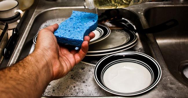 7 sai lầm khi rửa bát gây hại nhiều người mắc mà vô tình không biết