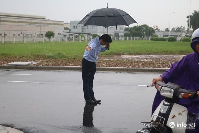 Hiểu thêm về nét độc đáo trong văn hóa cúi chào của người Nhật qua hình ảnh ông chủ đội mưa cúi gập người khi khách vào mua xăng