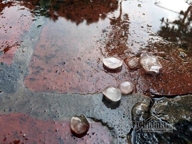 Mưa đá bất ngờ ập xuống Hà Nội