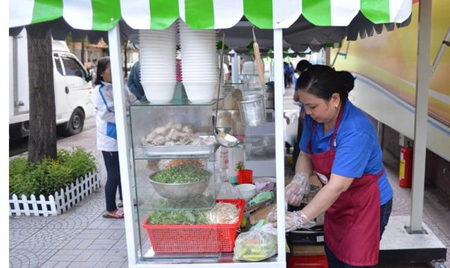 Ngày đầu quận trung tâm Sài Gòn có phố hàng rong hợp pháp