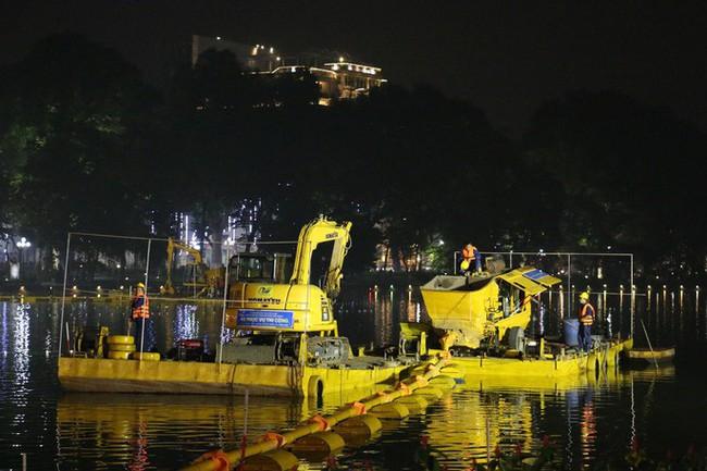 Cận cảnh trắng đêm nạo vét Hồ Gươm trong giá rét
