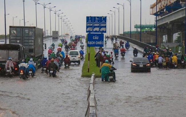 Mưa lớn ở Sài Gòn, bật đèn xe chạy giữa ban ngày