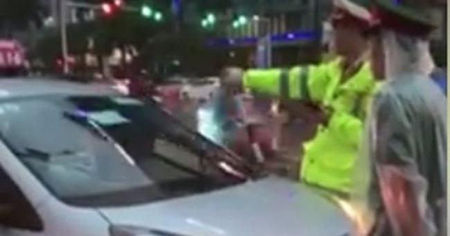 Truy tìm tài xế taxi lao vào đoàn xe ưu tiên ở Hà Nội