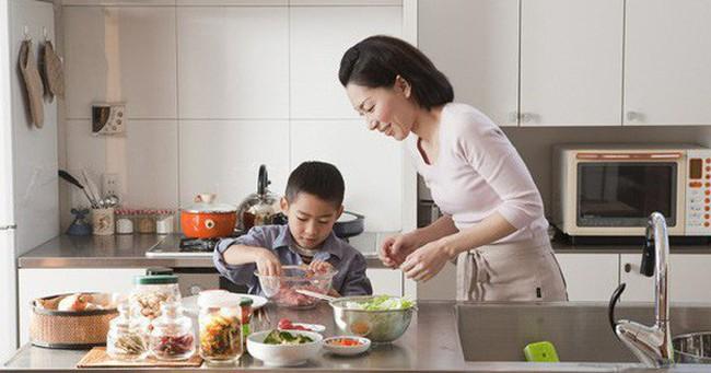 Trẻ em Nhật luôn ăn uống tự lập vì được bố mẹ dạy kĩ năng này từ nhỏ