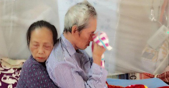 """""""Cái ôm chặt sau 60 năm chung sống"""" là hình ảnh xúc động nhất trên Facebook những ngày qua"""