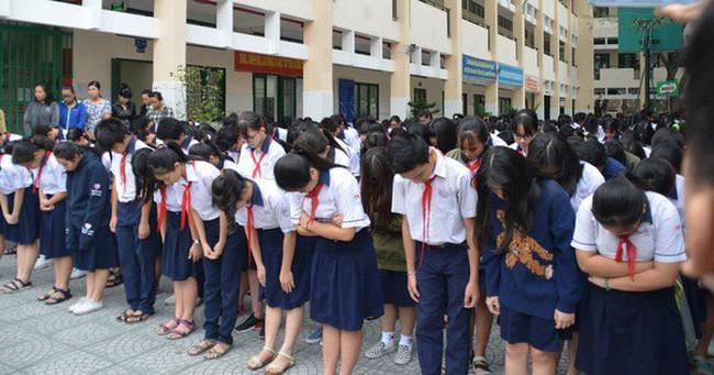 Hình ảnh xúc động: Hàng nghìn HS trường Trần Phú TP.HCM cúi đầu vĩnh biệt thầy hiệu trưởng đột ngột qua đời