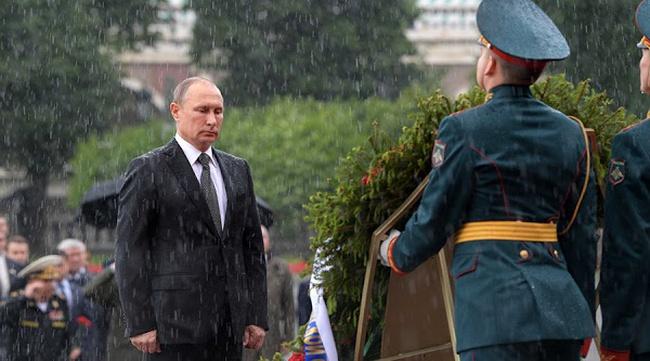 Tổng thống Putin đội mưa rào viếng mộ Chiến sĩ Vô danh